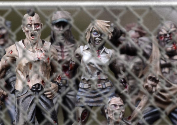 TWD-zombies01-chainlink02-1-600x424